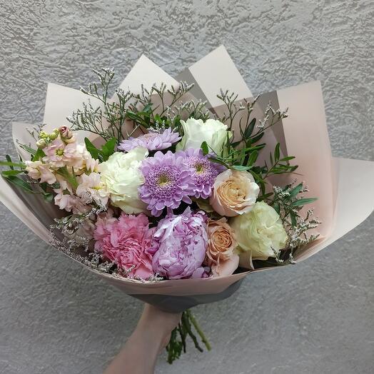 Красивый с пионом, пионовидными розами и ассорти цветов