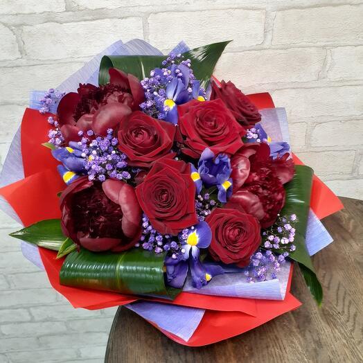 Букет из пионов,роз,ирисов