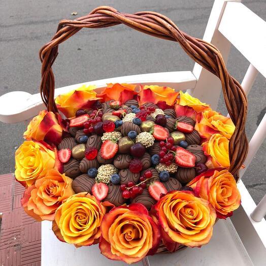 Корзина с цветами и клубникой в шоколаде