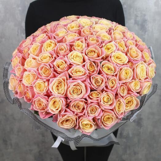101 лососевая роза Мисс Пигги 40 см в дизайнерской упаковке