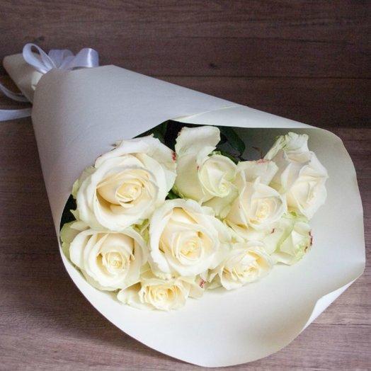 9 Белых высоких (85 см) роз в крафте