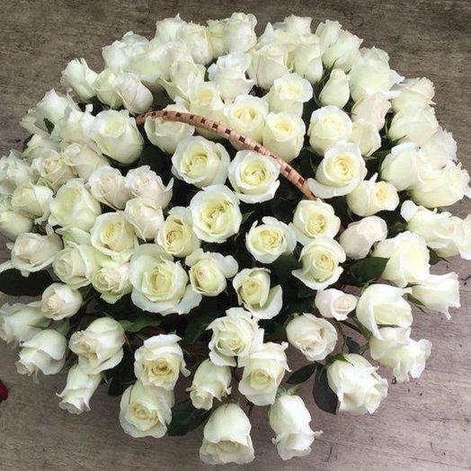 100 белая роза в корзине
