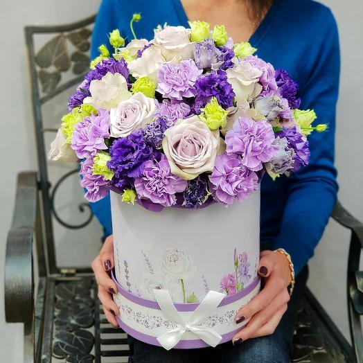 Стильная фиолетовая композиция из роз, лизиантуса и гвоздик