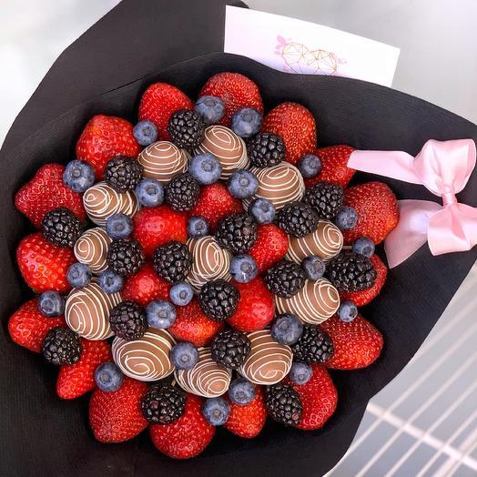 Букет из клубники в шоколаде с голубикой и ежевикой: букеты цветов на заказ Flowwow