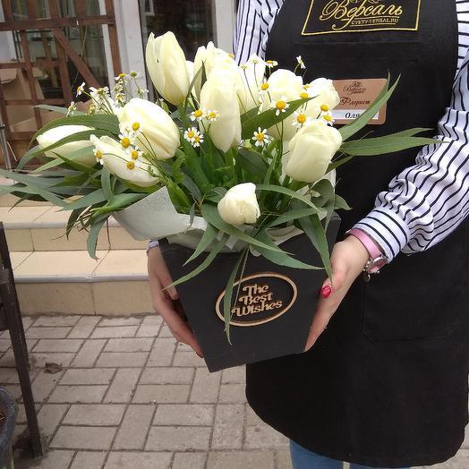 Ящичек с белыми тюльпанами: букеты цветов на заказ Flowwow