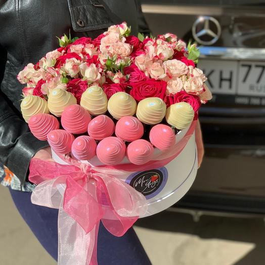 Коробка с клубникой в бельгийском шоколаде и розами: букеты цветов на заказ Flowwow