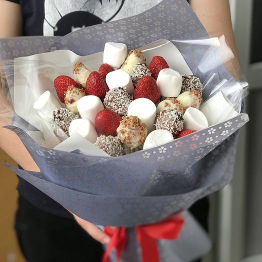 Клубничный подарок: букеты цветов на заказ Flowwow