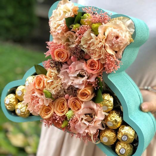 """Цветы в фигурной коробке со сладостями """"Мишка"""""""