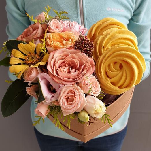 Сладкий подарок из роз и безе ручной работы: букеты цветов на заказ Flowwow