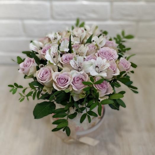 Коробка розы с альстромериями