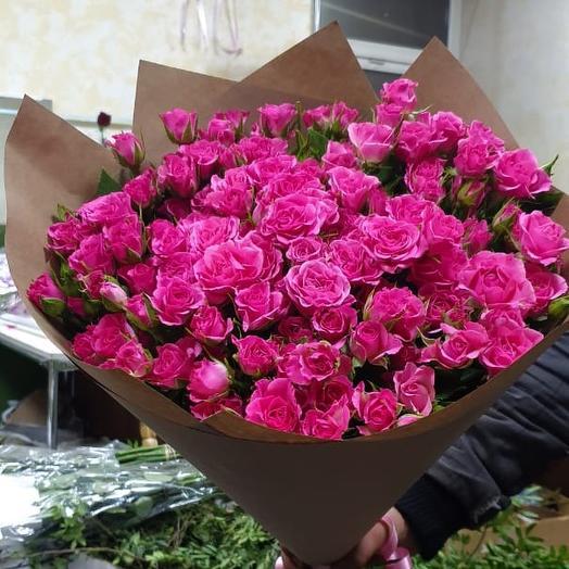 Кустовые розы розовые в крафтовой упаковке 29 Шт: букеты цветов на заказ Flowwow