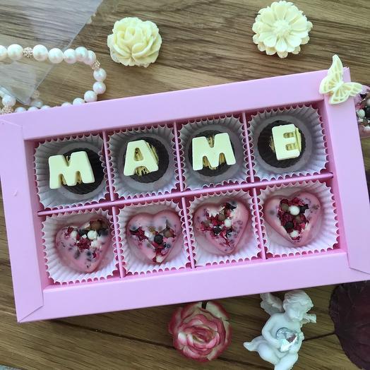 «Маме» набор 1. Корпусные конфеты с начинкой и сердечки из клубничного шоколада с орехами и малиной