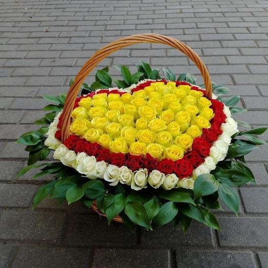 Корзина с цветами в виде сердца