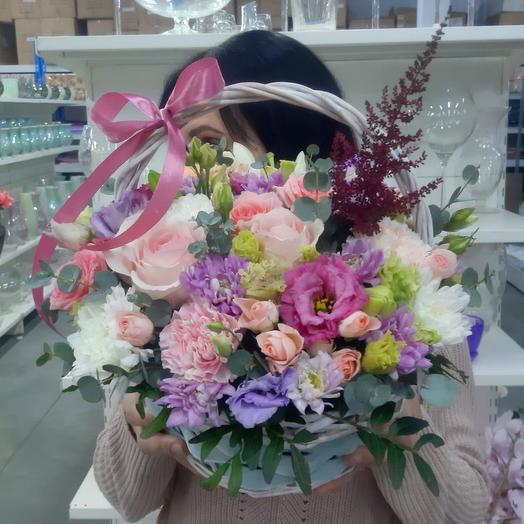 Композиция в корзине с цветами