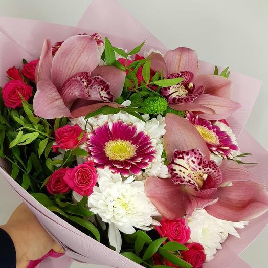 Букет с орхидеями и розой