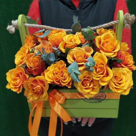 Оранжевые розы в ящике
