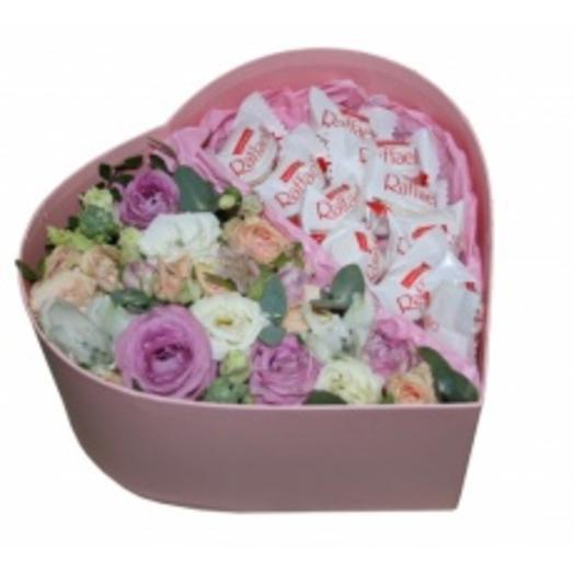 """Коробка с цветами и конфетами """"Рафаэлло"""""""