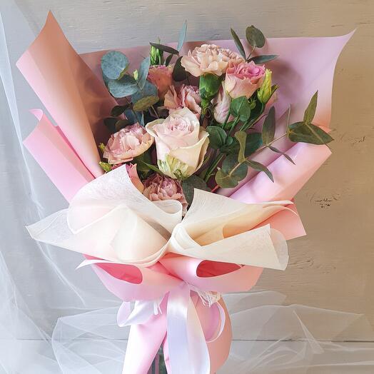 Букет из роз, гвоздики и эустомы