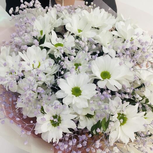 Букет из хризантем и радужной гипсофилы