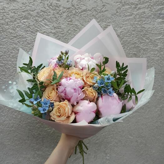 Стильный с пионами Сара Бернар и красивыми цветами