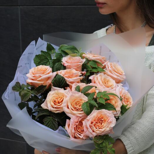 Персиковый букет из роз с декоративной зеленью
