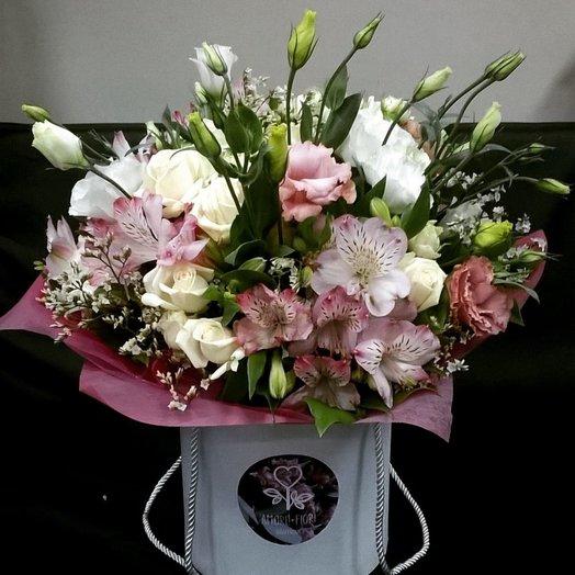Шляпная коробка с цветами роз альстромерии и эустомы