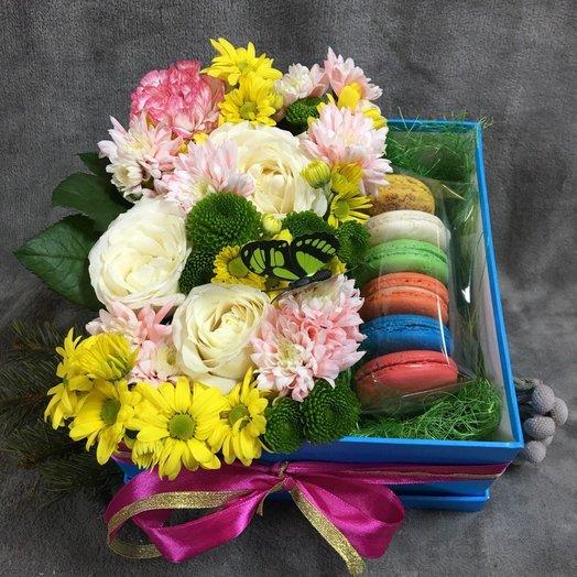 """Коробочка """"Цветы и макаронсы"""": букеты цветов на заказ Flowwow"""