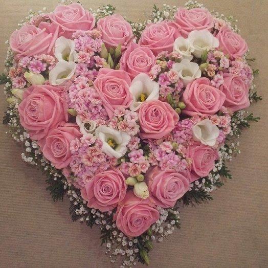 Розовое сердце из цветов. Розы, эустома,