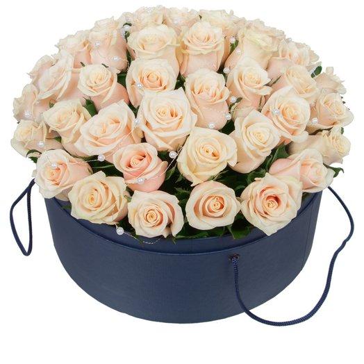 Шляпная коробка с кремовыми розами
