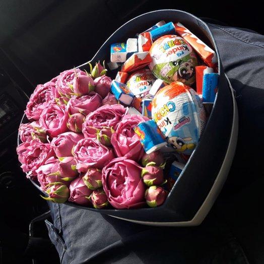Розы и сладости в коробке: букеты цветов на заказ Flowwow