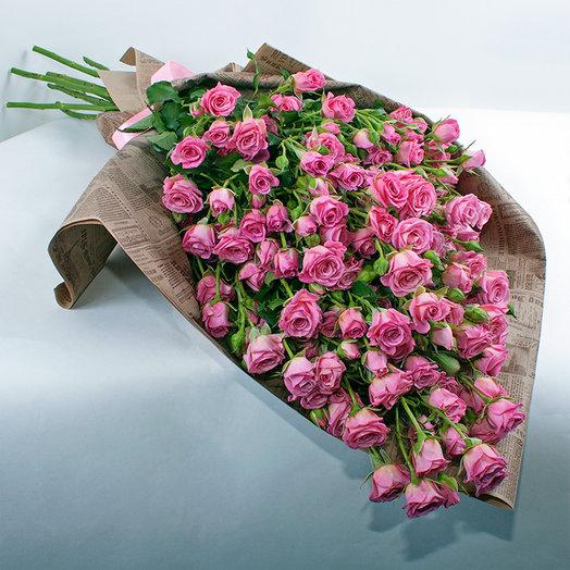 Букет из 19-ти РОЗОВЫХ КУСТОВЫХ РОЗ В ГАЗЕТНОМ КРАФТЕ: букеты цветов на заказ Flowwow