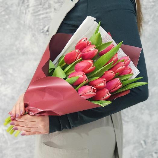 Букет из 15 тюльпанов в дизайнерской упаковке: букеты цветов на заказ Flowwow