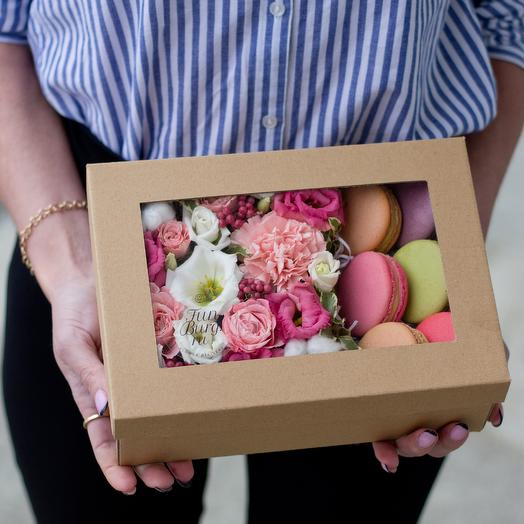 Цветы и макаруны в крафт-коробке