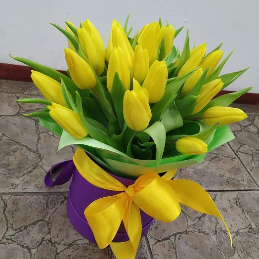 Шляпная коробочка с жёлтыми тюльпанами: букеты цветов на заказ Flowwow