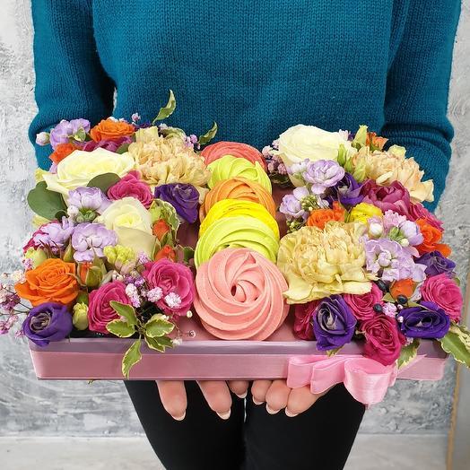Яркая  коробка с цветами и безе
