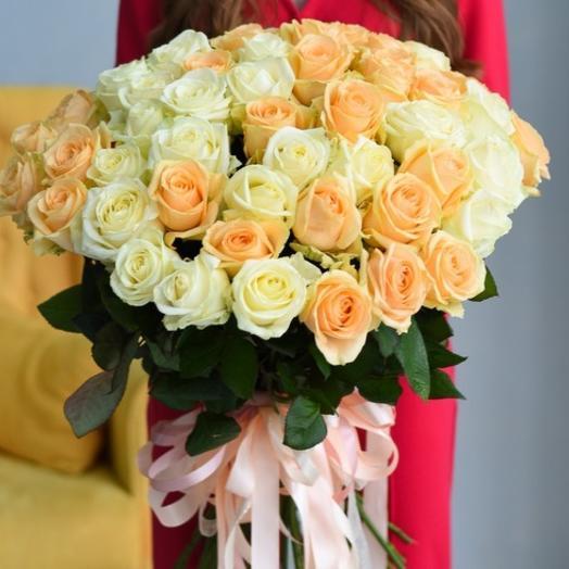 Букет из 51 персиковых и белых роз