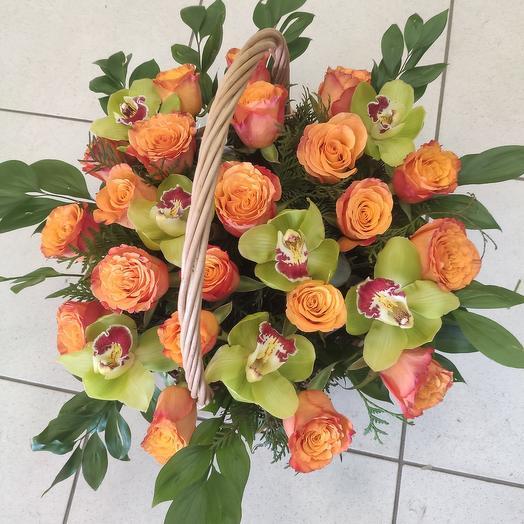 Корзина с цветами и орхидеей