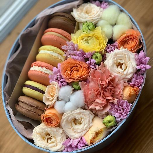 Цветы в коробке с макарон (пирожное)