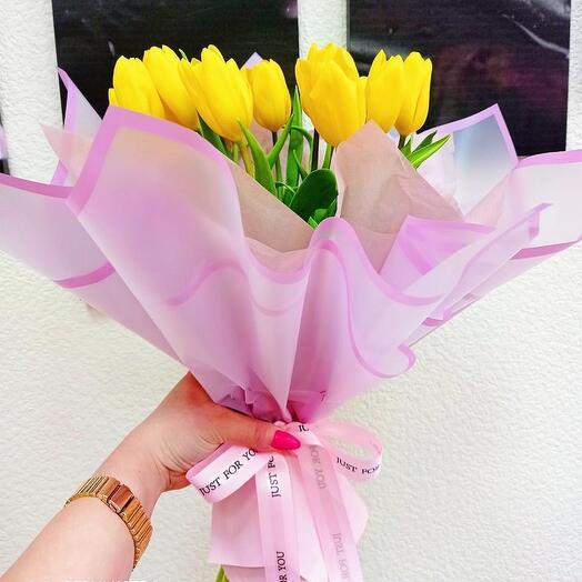 15 тюльпанов с оформлением