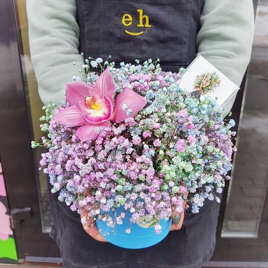 Шляпная коробка с гипсофилой и орхидеей