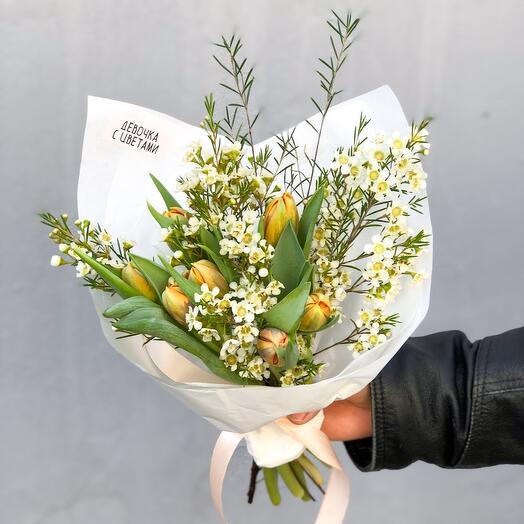 Тюльпаны с веточками шамелациума