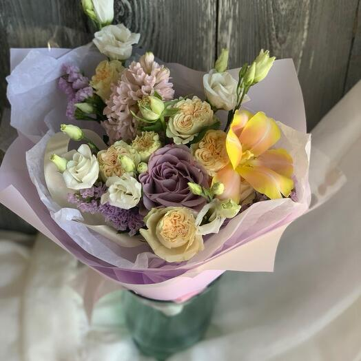 Букет с весенними гиацинтами, пионовидными розами и эустомой
