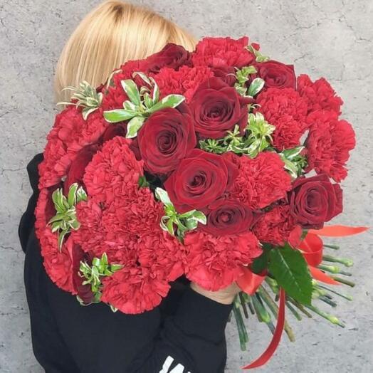 Букет из красных гвоздик и роз
