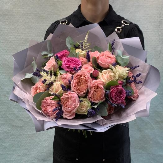 Нежный букет с розами и ароматной лавандой