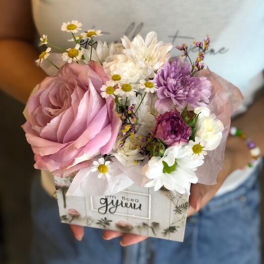 Цветы в деревянной коробочке