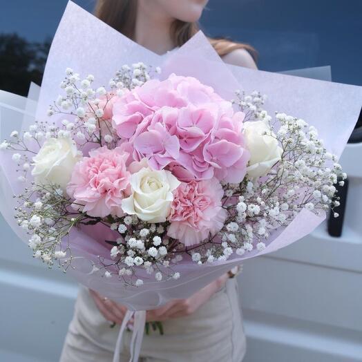 Букет из гортензии, роз, гвоздик и гипсофилы
