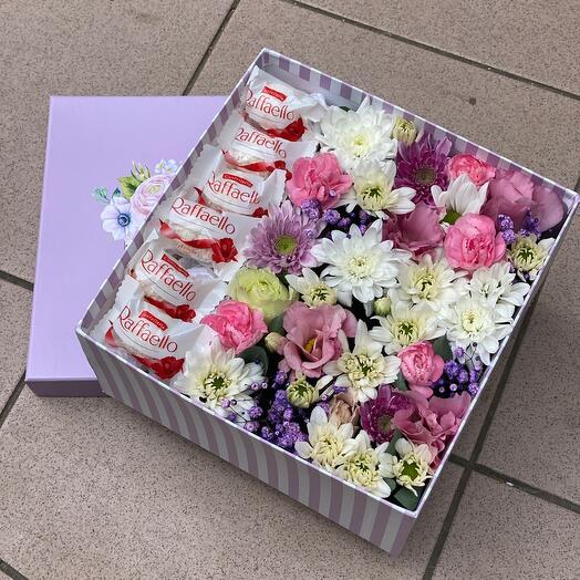 Цветы с конфетами в коробке