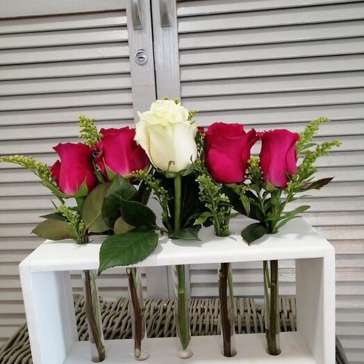 Розы в колбах