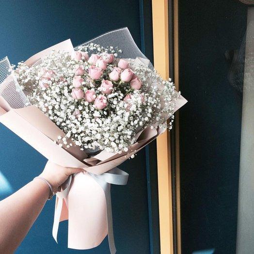 Розы и гипсофила в крафте: букеты цветов на заказ Flowwow