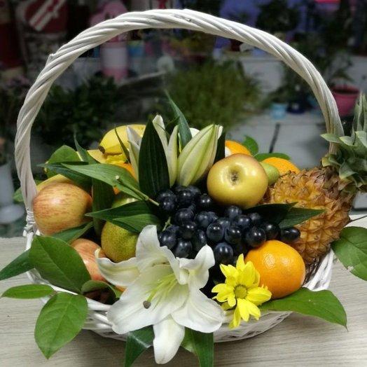 Фруктовая корзина с цветами: букеты цветов на заказ Flowwow